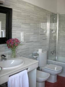 Ett badrum på Hotel Santa Isabel La Real