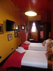 A bed or beds in a room at Fifteens of Swinley