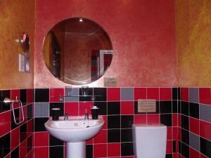 A bathroom at Fifteens of Swinley