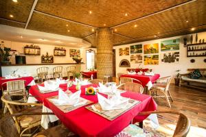 A restaurant or other place to eat at Floral Villarosa