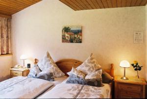 Ein Bett oder Betten in einem Zimmer der Unterkunft Pension Hilberath