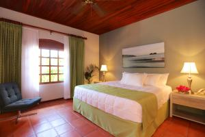 A bed or beds in a room at Villa del Sueño