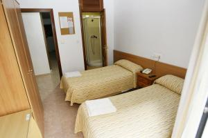 A bed or beds in a room at Hostal San Fernando