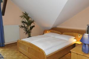 A bed or beds in a room at Hotel-Landgasthof Katschtalerhof