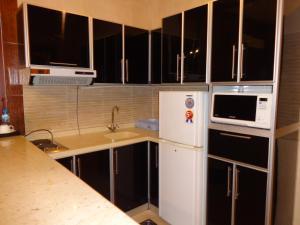A cozinha ou cozinha compacta de La Fontaine Quraish Suites