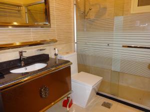 Um banheiro em La Fontaine Quraish Suites