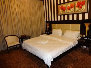 Cama ou camas em um quarto em La Fontaine Quraish Suites