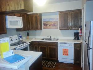 Küche/Küchenzeile in der Unterkunft Ruidoso Downs Condos at Champion's Run, a VRI resort