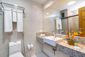 A bathroom at Transoceanico Praia Hotel