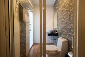 A bathroom at Jinda Resort