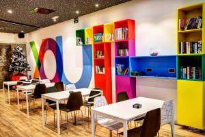 A restaurant or other place to eat at Urban Youth Hostel