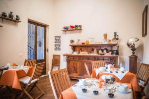 A restaurant or other place to eat at La Chicca B&B Siena
