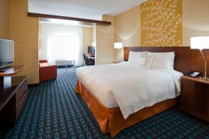 A bed or beds in a room at Fairfield Inn & Suites by Marriott St. Paul Northeast