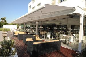 Een restaurant of ander eetgelegenheid bij Frixos Suites Hotel Apartments