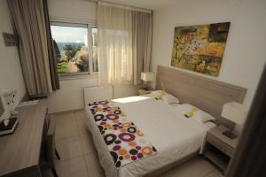 Een bed of bedden in een kamer bij Frixos Suites Hotel Apartments