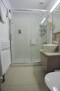 Een badkamer bij Frixos Suites Hotel Apartments