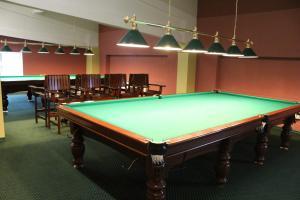 A billiards table at Cottage Resort Spas Kamenka