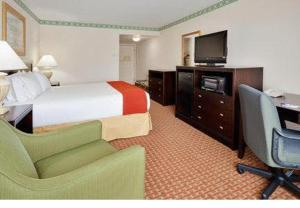A bed or beds in a room at Holiday Inn Express Hotel & Suites Easton, an IHG Hotel