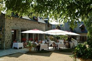 A restaurant or other place to eat at Logis La Marjolaine