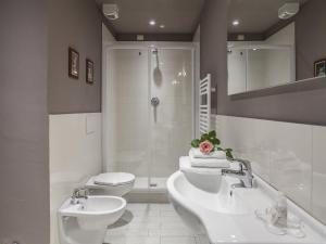 A bathroom at La Farina Apartments