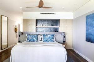 A bed or beds in a room at Beach Club
