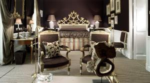 سرير أو أسرّة في غرفة في فندق إنجلترا