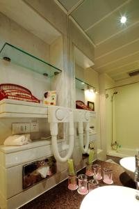 A bathroom at Southern Airline Pearl Hotel
