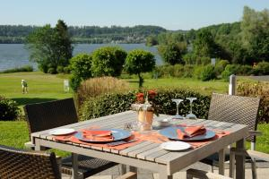 Ein Restaurant oder anderes Speiselokal in der Unterkunft Lindner Hotel & Sporting Club Wiesensee