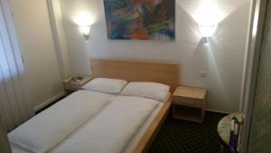 A bed or beds in a room at Hotelgarni Frankfurt