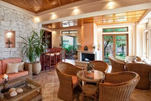 The lounge or bar area at Hotel Paralio