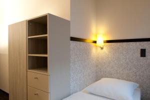 A bed or beds in a room at Hotel Topas