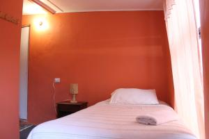 A bed or beds in a room at Hostal Cali