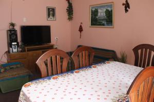 A television and/or entertainment center at Hostal Cali