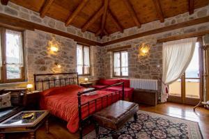 Ένα ή περισσότερα κρεβάτια σε δωμάτιο στο Ξενοδοχείο Πηγή Ταρλαμπά