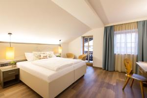 A bed or beds in a room at Hotel Wirtshaus Post