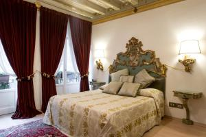 A bed or beds in a room at La Corte Di Giulietta