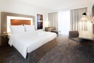 A bed or beds in a room at Novotel Nuernberg Centre Ville