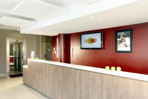 The lobby or reception area at Campanile Marne la Vallée - Bussy Saint-Georges