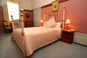 A bed or beds in a room at The Lodge on Elizabeth Boutique Hotel