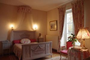 A bed or beds in a room at Domaine De Chatenay - Le Mans