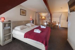 A bed or beds in a room at Hotel de Gaaper