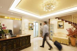 De lobby of receptie bij Hotel Aster