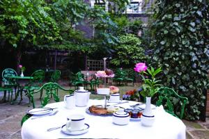 A restaurant or other place to eat at Grange Blooms Hotel