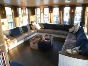 A seating area at Hotelboat Iris