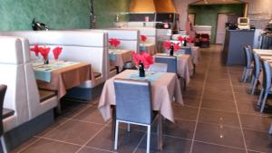 A restaurant or other place to eat at Hotel Le Terminus