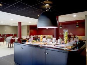 A restaurant or other place to eat at Campanile Bordeaux Ouest - Mérignac Aéroport