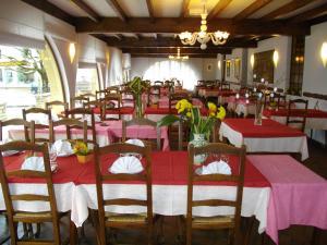 Restaurant ou autre lieu de restauration dans l'établissement Hotel Restaurant Du Commerce