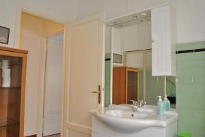 A bathroom at Lombardi Abbeveratoia