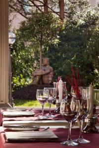 A restaurant or other place to eat at Hotel De La Paix