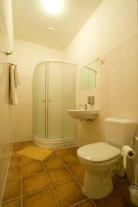 A bathroom at Hotel Kandava